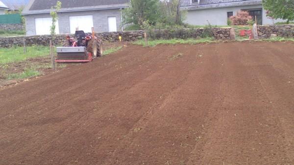 Préparation du sol, passage de l'enfouisseur de pierres